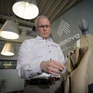Spinnovan Janne Poranen ja puukuitukankaasta valmistettu takki.