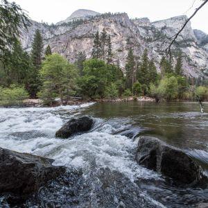 Merced-joki virtaa Yosemiten kansallispuiston halki.