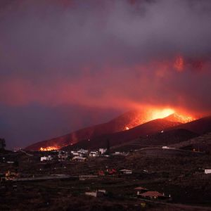 Vy över vulkanutbrottet från Los Llanos de Aridane på kanarieön La Palma.