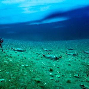 Lådor och en mätare under vatten i Antarktis.