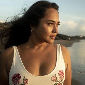 Kuvassa Away - Ayu poseeraa rannalla Balilla.