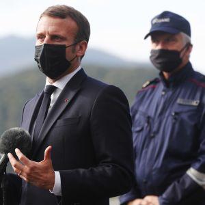 Ranskan presidentti Emmanuel Macron puhui medialle Espanjan ja Ranskan välisellä rajalla Le Perthusissa Ranskassa 5. marraskuuta 2020.