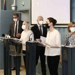 Regeringen Marins partiledare uppställda för presskonferens.