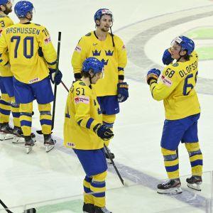 Ruotsin pelaajat hävityn ottelun jälkeen.