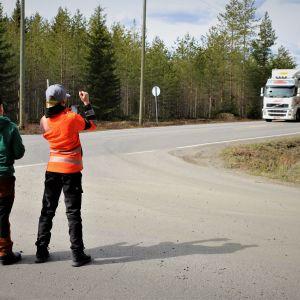 Teerijärveläiset serkukset Viktor Vesala ja Daniel Granbacka odottavat innokkaina rekkaa
