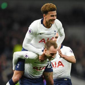Tottenhamspelarna firar efter att ha spelat sin första match på sitt nya stadion 2019.