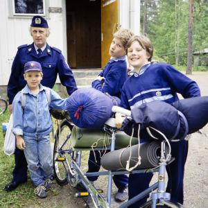 Kolarikorjaamossa kummittelee -sarjan näyttelijöitä vuonna 1987.