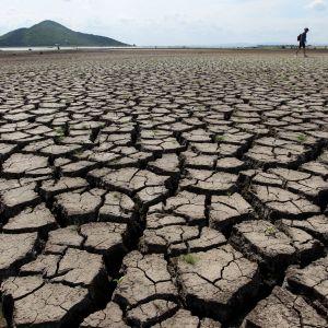 Keski-Thaimaan kuivunutta Pa Sak -tekojärven pohjaa.