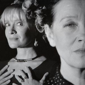 Kova kuin kivi -jännityskuunnelman näyttelijät Marjukka Halttunen ja Liisamaija Laaksonen.