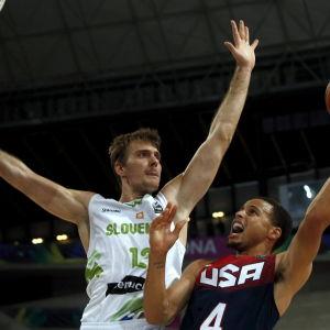 Stephen Curry (t.h) och Zoran Dragic, USA-Litauen, VM-semifinal