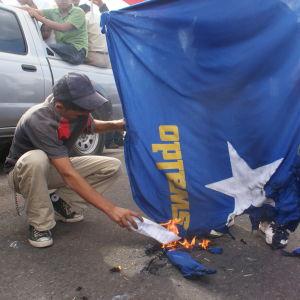 Honduranerna protesterar mot diktatur
