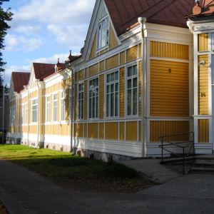 En gul träbyggnad.