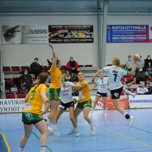 Granis Johanna Hilli skjuter ett hoppskott.