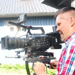 Kuvaaja Janne Langén kuvaa Tuhkimotarinoita punainen ruutupaita yllään.