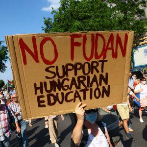 Demonstranter på Budapests gator. Plakatet i mitten säger nej till Fudan, och kräver i stället stöd för ungersk utbildning.