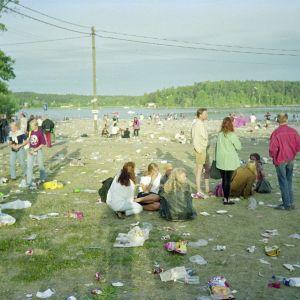 Ruisrock 1992. Festivaalialue rockfestivaalin päättymisen jälkeen. Ihmisiä. Roskainen festivaalialue.