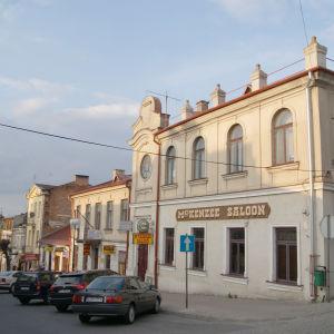 Itä Puolassa Chelmin kaupungista kadunkulma jossa entisessä synagogassa toimii nykyään amerikkalaistyyppinen ravintola.