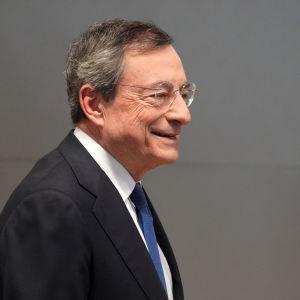 Mario Draghi på väg till sin sista presskonferens som ECB-chef, den 24 oktober 2019.