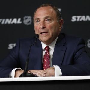 NHL-kommissionär Gary Bettman höll presskonferens