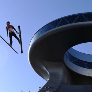 Kiinalainen mäkihyppääjä Pekingin olympiamäestä Zhangjiakoussa.
