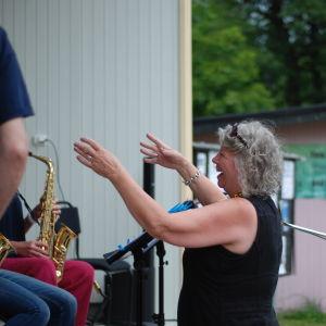 Kari-Anne Torstensen dirigerar Kimito Island Big Band i Dalsbruk