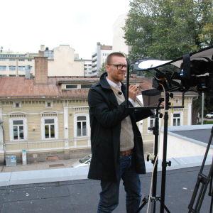 Tuomas Toivonen piirtää Dynamo-klubin edustalla Turussa ohjelmassa Suojele minua!