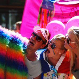 Jontti Granbacka, Michelle Wanström och Amanda Wallander plåtar en selfie i Åland Pride-paraden.