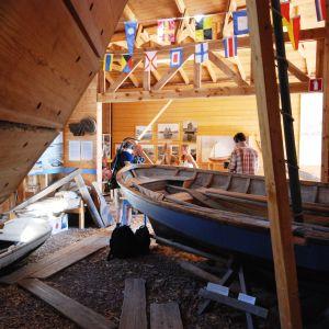 Tv-programmet En svensk sommar i Finland filmar då Amanda Wallander och Michelle Wanström bekantar sig med båtbygge i Peter Mellbergs verkstad i Mariehamn i samband med Ålands sjödagar.