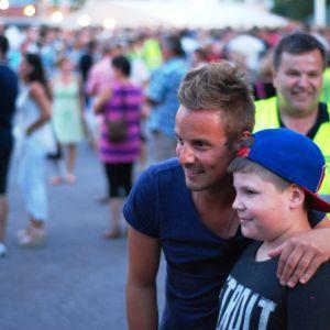 Jontti Granbacka träffade fans på Karisnatten. I bakgrunden Ulf Österman som är organisatör.