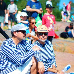 Audun Adsen och Héctor Melo väntar på att delta som sjömän i rekonstruktionen av slaget vid Rilax.