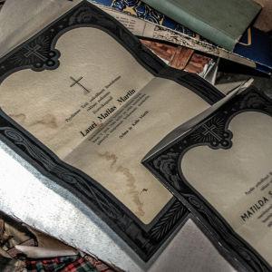 begravningskort i öde hus som stått övergivet ungefär sedan 50-talet