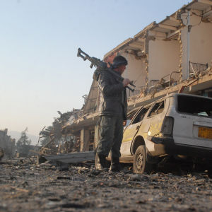 En soldat inspekterar skadorna efter en attack mot det tyska konsulatet i Mazar-e-Sharif i norra Afghanistan.