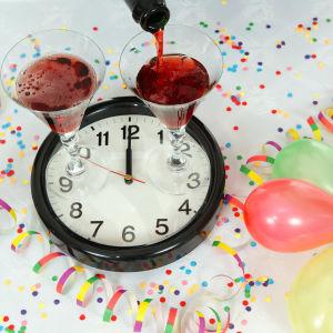 En klocka som står på 12 och ballonger, konfetti och dryck i ett kollage.