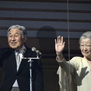 Kejsar Akihito och kejsarinnan Michiko väntas dra sig tillbaka på nyårsdagen år 2019 på grund av Akihitos vacklande hälsa
