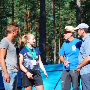 Jontti Granbacka, Audun Adsen och Héctor Melo träffar scout Bea-Lina Holmberg på scoutlägret Atlantis i Hangö.