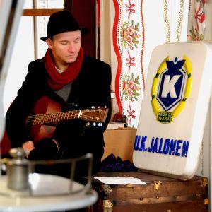Samuli Putro entisessä Jalosen kyläkaupassa Kyyjärvellä ohjelmassa Suojele minua!