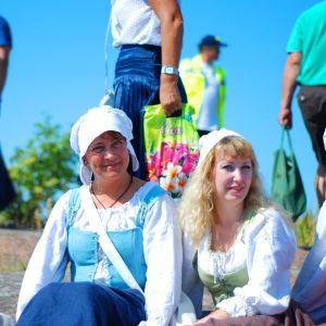 Tidsenligt klädd publik vid rekonstruktionen av slaget vid Rilax.