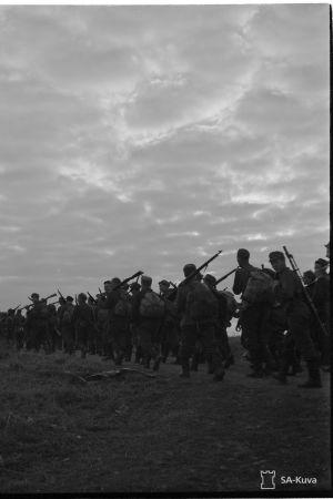 Jalkaväkeä marssimassa Moskovan rauhan rajan taakse. Korkean vaaran laella. (II/JR 4). Ruskeala 1944.09.22