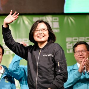 Taiwans president Tsai Ing-wen vinkar till sina anhängare i Taipei 11.1.2020