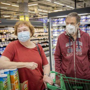Marja ja Seppo Kanervo kasvomaskeissa kauppakeskus Jumbossa Vantaalla.