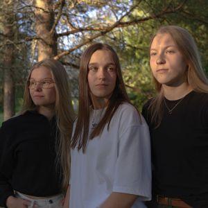 Ellen Hannula, Nella Ruonakoski, Mikaela Hiltunen nautiskelevat iltauringosta