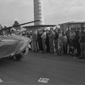 Neuvostoliittolainen panssaroitu miehistönkuljetusvaunu ohittaa väkijoukon Viron tv-tornin luona Tallinnassa elokuun 20. päivänä 1991.