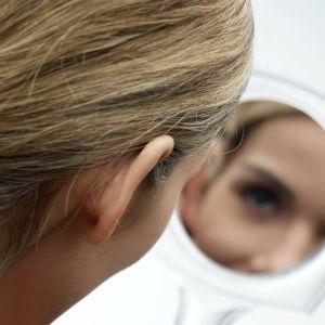 Kvinna speglar sig