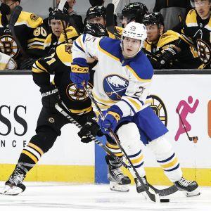 Buffalos Arttu Ruotsalainen i farten i en NHL-match mot Boston.