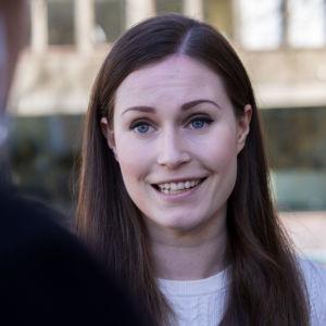 Statsminister Sanna marin i närbild på Ständerhusets trappa.