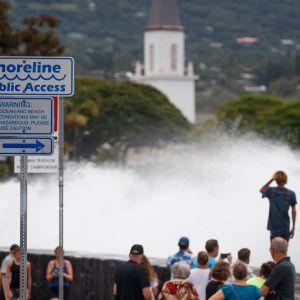 Häftiga skyfall och hårda vindar som piskar upp höga vågor följer i orkanen Lanes spår då den nådde den största ön i Hawaii