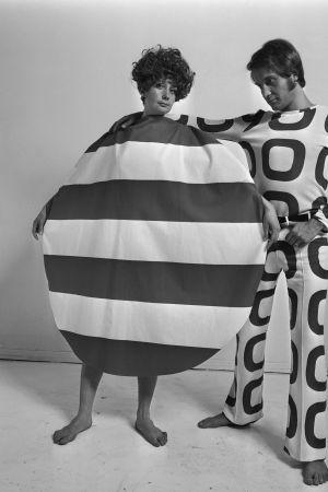 Nainen ja mies esittelevät asuja 1960-luvun lopulla