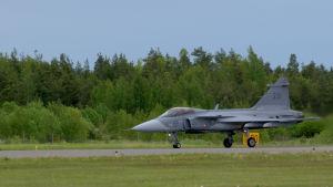 JAS 39 Gripen med vingnummer 231 startar för sitt uppvisningsnummer i samband med Turku international Airshow 2015