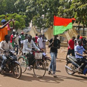 Människor hurrar i Ouagadougou efter att Blaise Compaoré avgått.