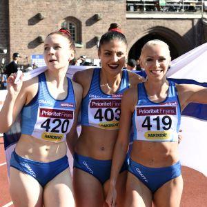 Reetta Hurske, Nooralotta Neziri och Annimari Korte firar trippelsegern.
